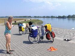 27a853d7d102db Links het kanaal met fietspad en